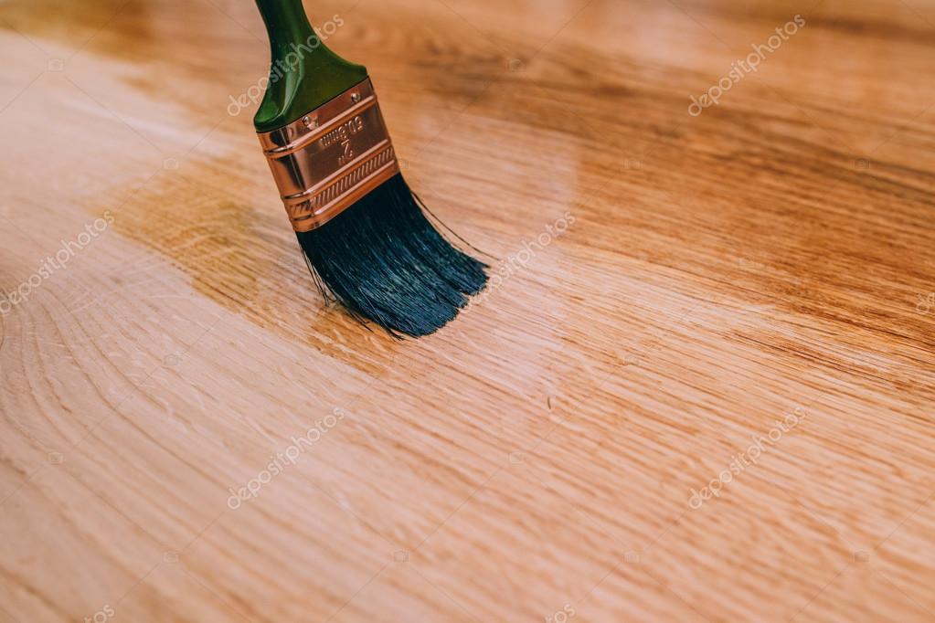 Holzfußboden Lackieren ~ Einen holzboden mit pinsel lackieren u2014 stockfoto © amvorsuf #111771784