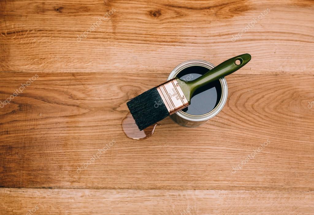 Holzfußboden Lackieren ~ Einen holzboden mit pinsel lackieren u2014 stockfoto © amvorsuf #111772746