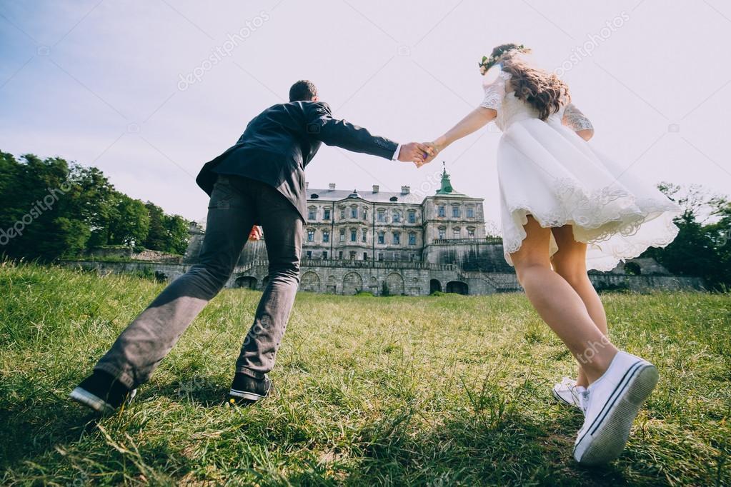 Brautpaar, ausgeführt von der alten Burg — Stockfoto