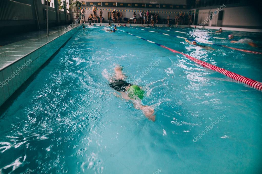 Personas Nadando En La Piscina