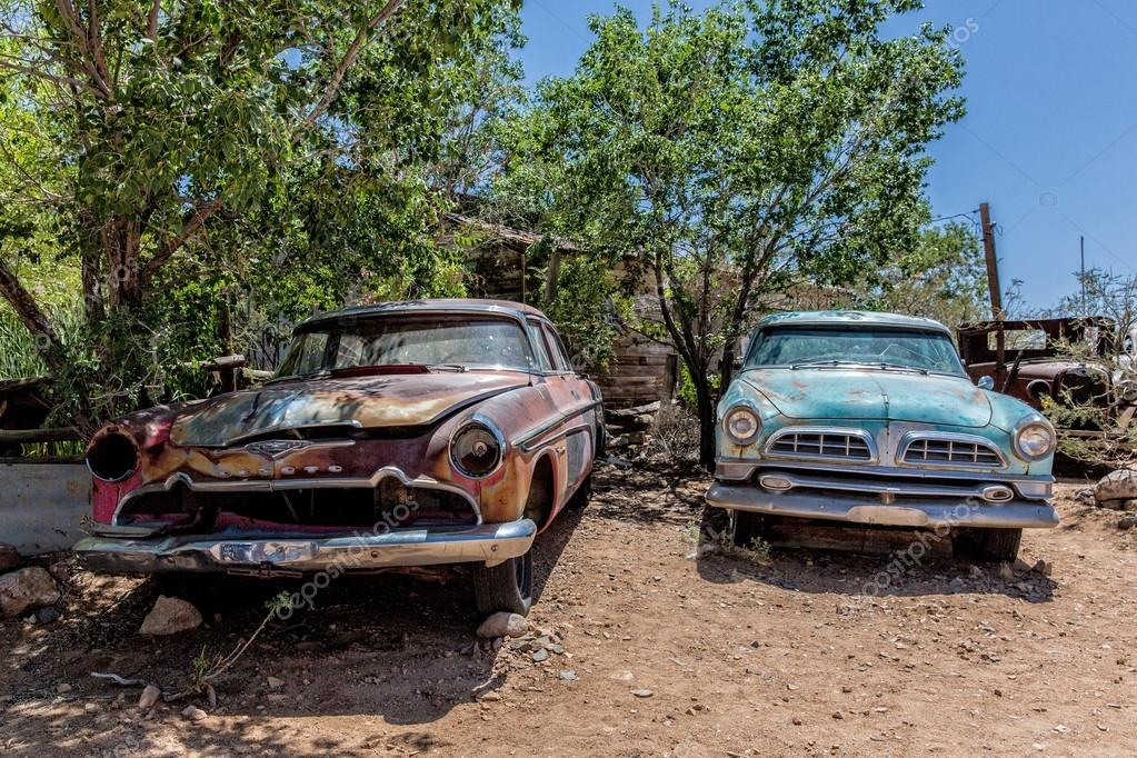 Old car wrecks at Hackberry General Store – Stock Editorial Photo ...