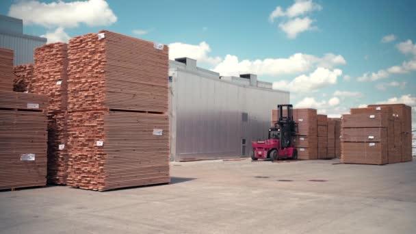 Fa raklapokat kezelő targonca kezelő Raktárban