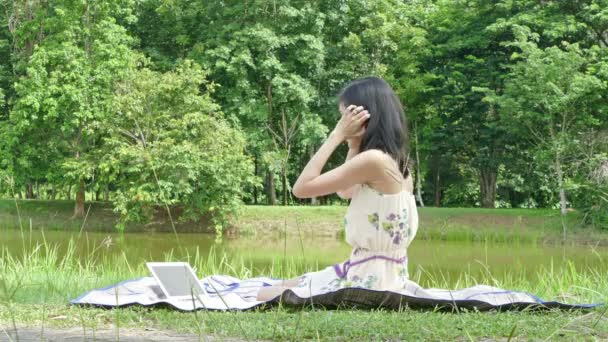 women do business in the park