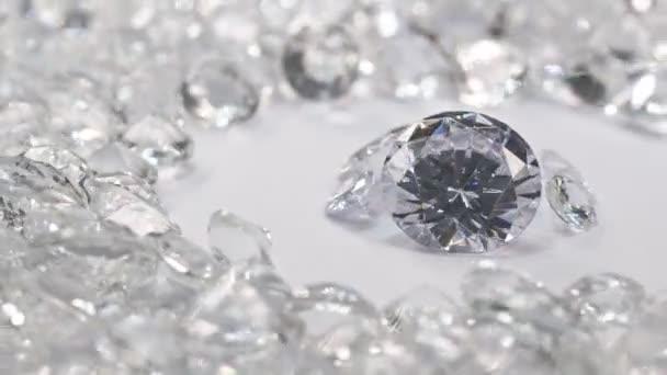 Weiße Diamanten in verschiedenen Größen stehen in einem Mittelkreis und drehen sich auf einem weißen Hintergrund, der von weißen Diamanten umgeben ist..