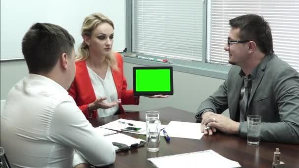 Obchodní jednání v kanceláři. Podnikatelé při pohledu na digitální tabletu. Zelená obrazovka