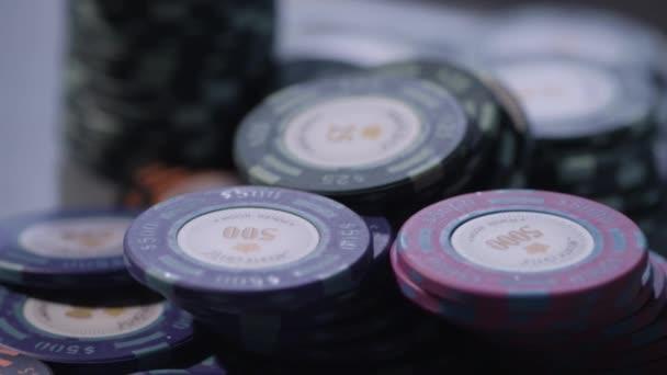 Pokerchips auf einem Tisch