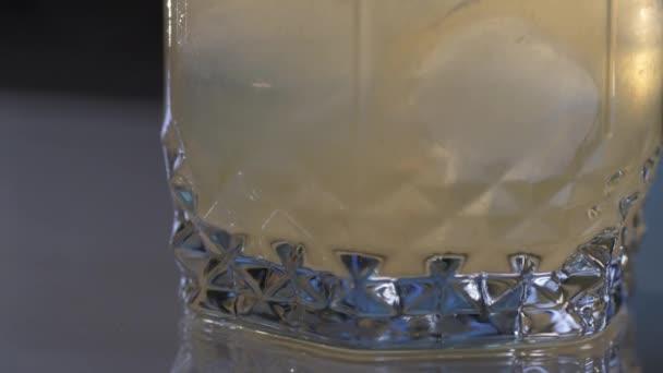 Detailní záběr na Whiskey Sour koktejl