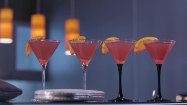 vier kosmopolitische Cocktails an einer Bar