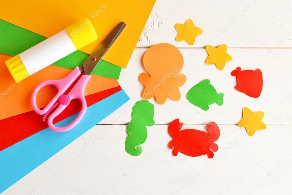 Hojas de papel de colores, tijeras, pegamento, criaturas de mar y ...