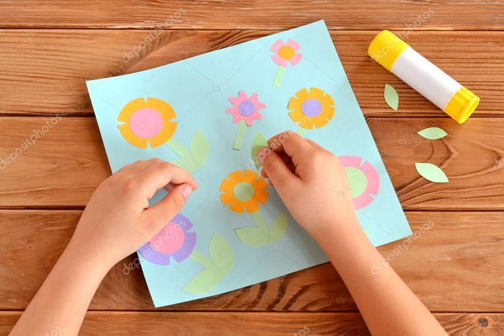 Малыши делают открытку
