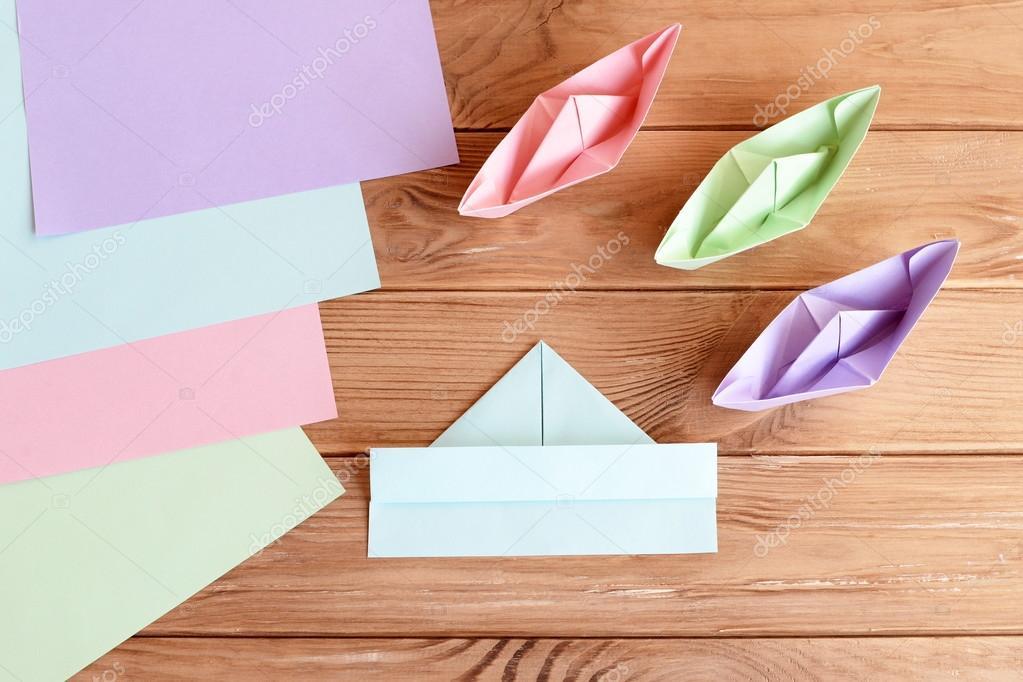 Come Piegare Il Legno.Set Di Navi Colorate Su Fondo Di Legno Come Piegare La Nave Di