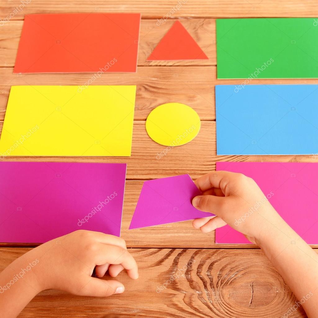 Niño pone la figura de cartón en la correspondiente tarjeta de color ...