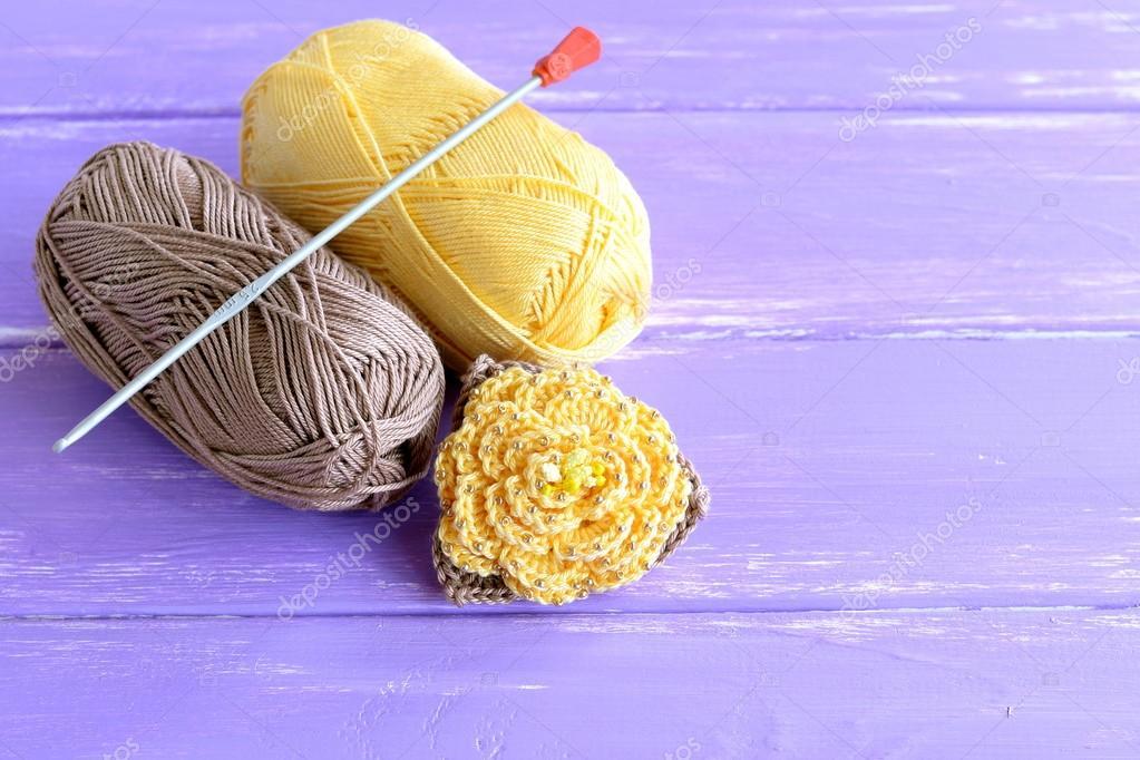Fleur Au Crochet à La Main De Brun Et Jaune Ornés De Perles