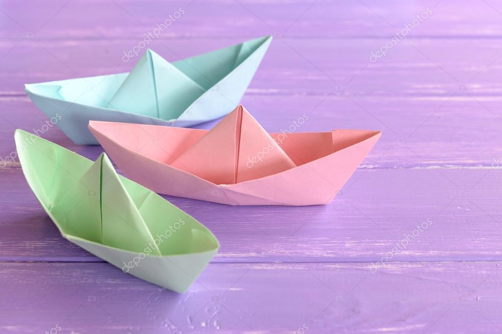Bateaux En Papier Rose Vert Bleu Sur Fond Lilas En Bois Techniques De Pliage Du Papier Artisanat Origami Facile Pour Les Enfants A Faire Photographie Onlyzoia C 115558256
