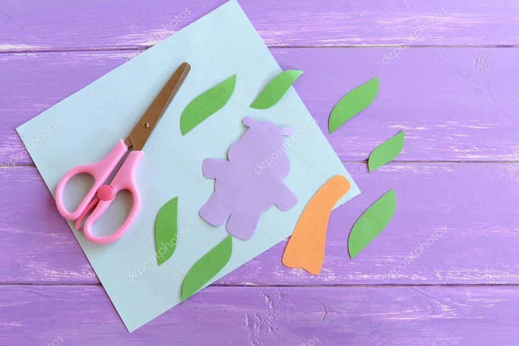 Hipopótamo, hojas, tronco de árbol de palm de papel de color ...