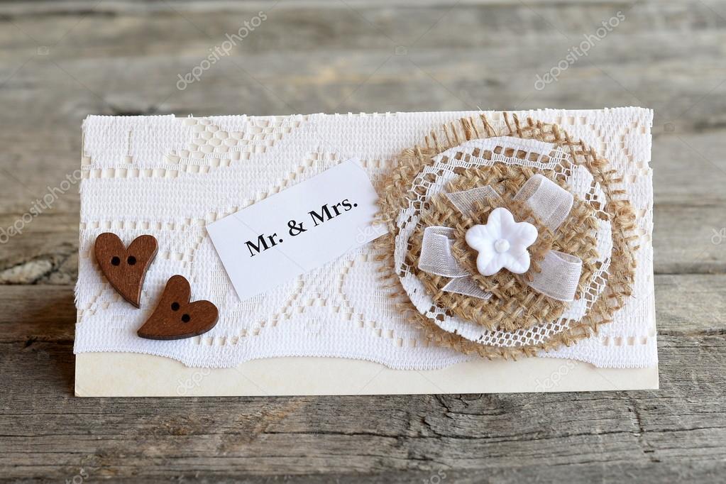 87077ff0e4 Gyönyörű esküvői meghívó régi, fából készült háttér. Kézműves esküvői  meghívó díszített csipke és zsákvászon virág és a fa gombok szív.
