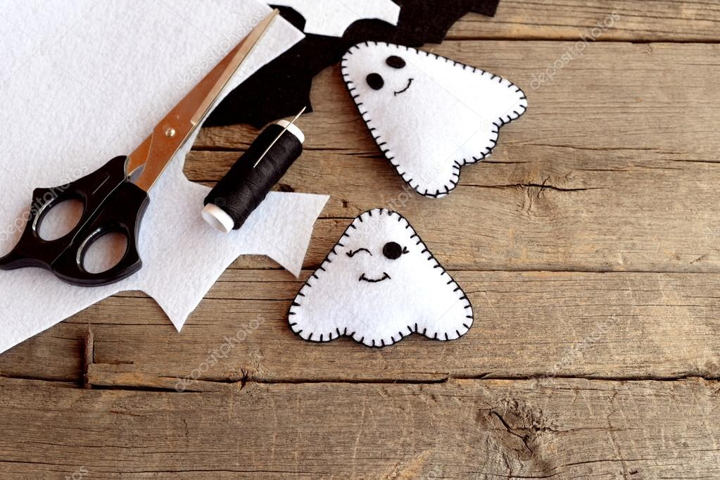 Halloween Basteln Holz.Halloween Lustige Weiße Geister Diy Filz Blätter Schere Faden