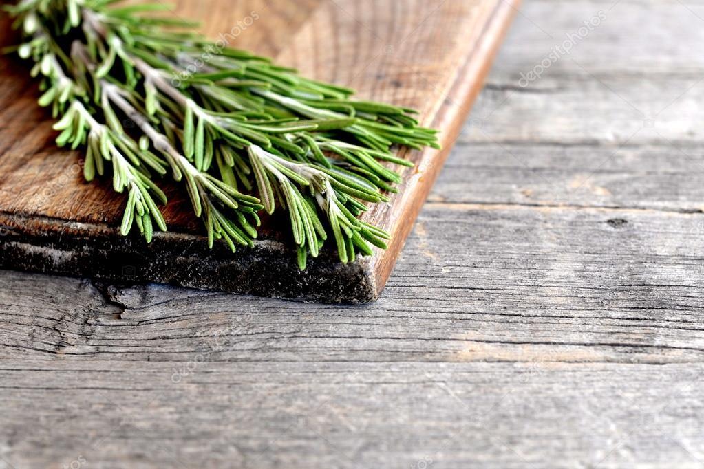 Surowe Zielone Rozmaryn Gałązki Na Boardzie Kuchnia I Stare