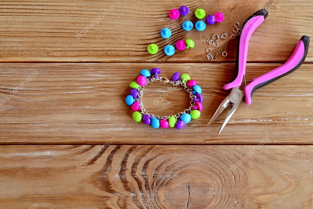 6be4265dc Conjunto de botones de colores brillantes, pinzas. Idea de joyería collar  DIY. Fácil hacer manualidades creativas. Pulsera hecha a materiales  fácilmente ...