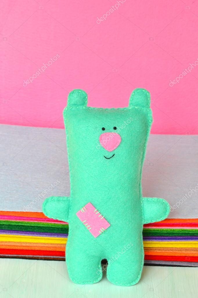 Niedliche Bären Filz. Lustiger Bär Spielzeug im Hintergrund der ...