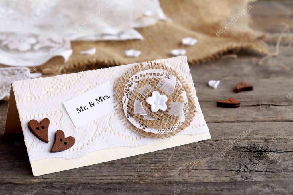 ecb887bd08 Kopott chic esküvői meghívó a régi fából készült asztal. Vintage esküvői  meghívók hozhat létre magát. Esküvői meghívó dekoráció ötlet. Vértes– stock  kép