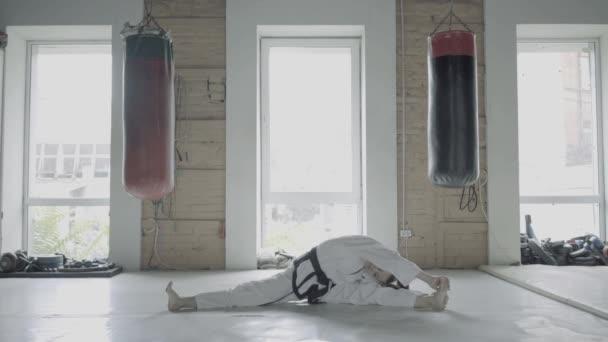 Taekwondo dívka v tělocvičně