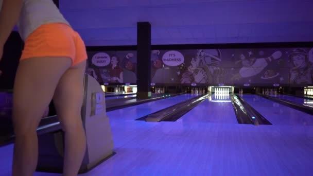 Žena vyvolá bowlingové koule