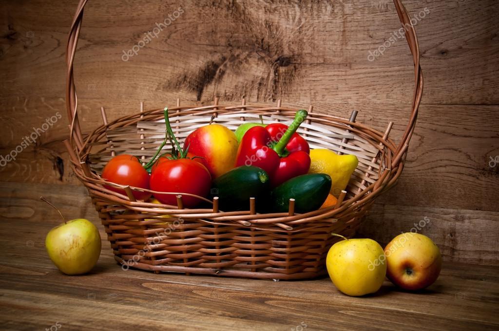 корзина овощей и фруктов деревянные фон стоковое фото