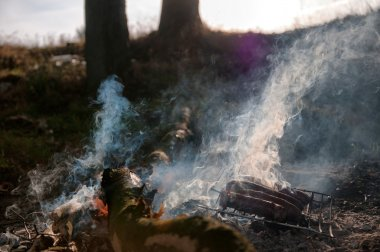Kamp üzerinde ızgara sosis