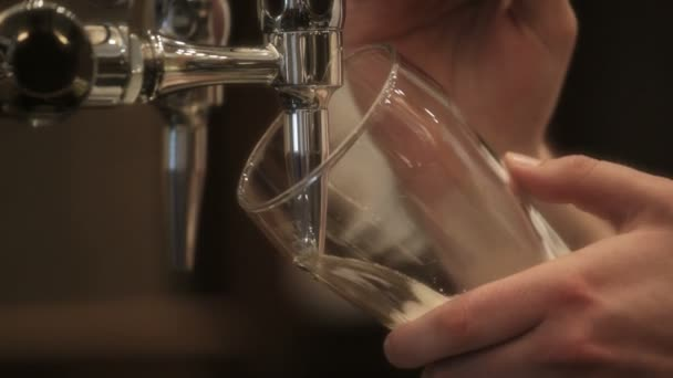 Barman sklenku piva.