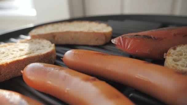 Top kilátás a virsli és pirítós kenyér a pan.4k