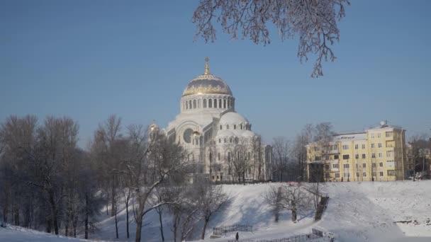 Rusko. Kronstadt. Katedrála sv. Mikuláše v mrazivý únorový den.