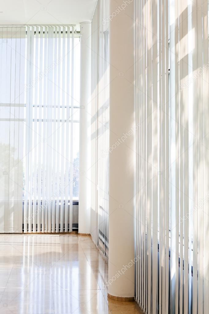 witte gestreepte gordijnen in het interieur — Stockfoto ...