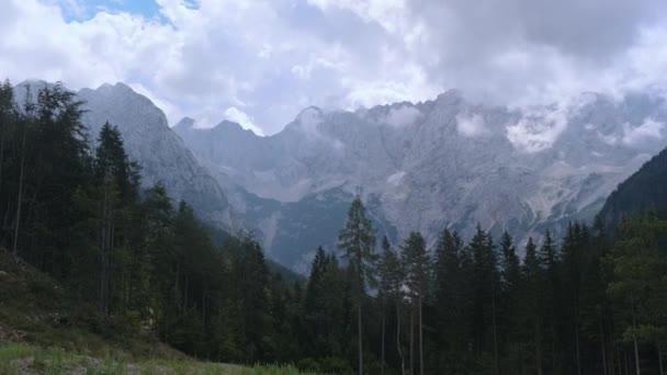 Kamnik-Savinja Alpy z Jezerska, alpské údolí ve Slovinsku