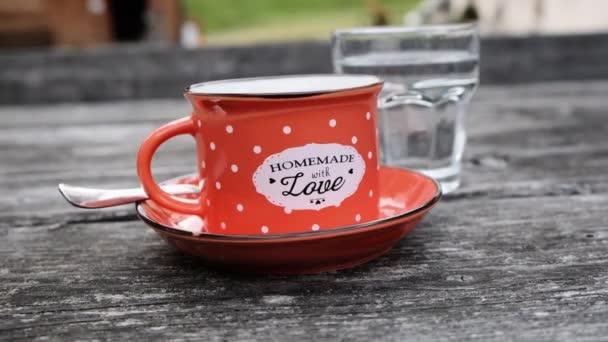 Hausgemachter Kaffee in roter Emaille-Tasse
