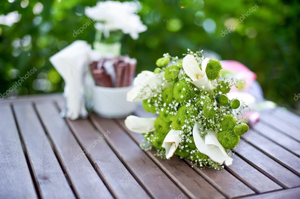 Grün weiß Brautstrauß auf dem Tisch — Stockfoto ...