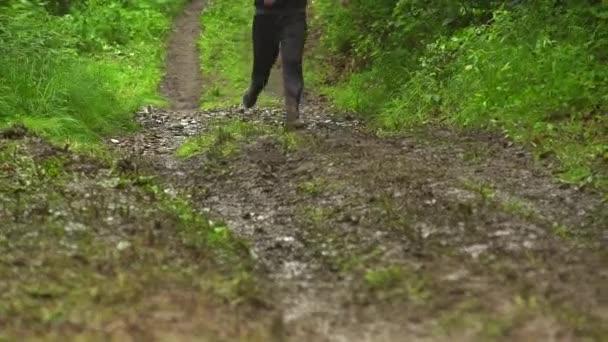 Nohy konkurentů běh přes bláto na hřišti útok