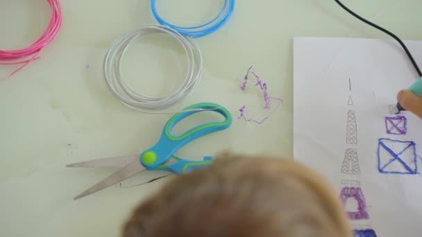 Nahaufnahme eines kleinen Jungen, der einen 3D-Stift benutzt