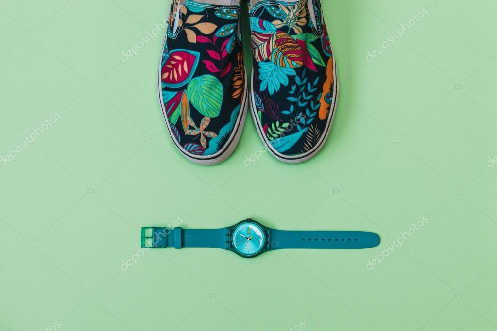 cipő és a kék óra — Stock Fotó © Katya Havok  112867676 597b2d7dc6