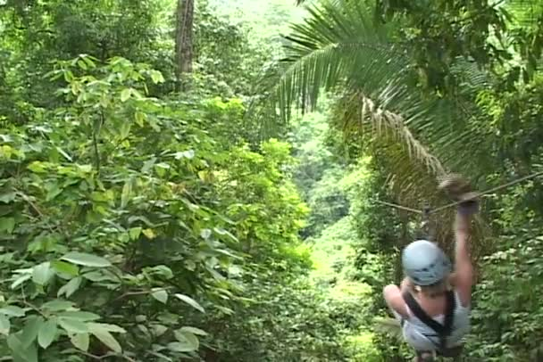 Frau reitet auf Seil im Wald