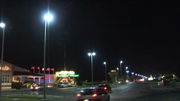 Autobahn in der Nacht in der Stadt