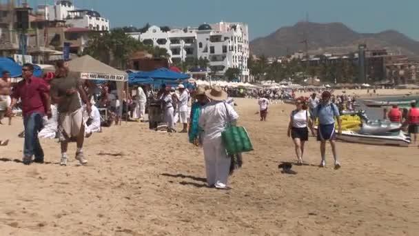 Lidí na pláži Playa Medano