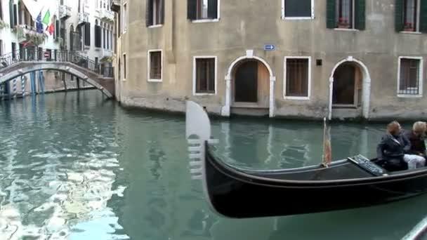 Benátská gondola jezdí v Itálii