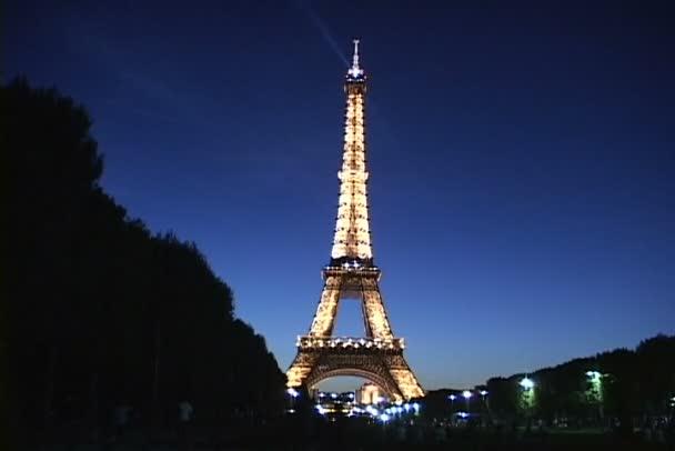 Eiffel-torony Párizsban éjszaka