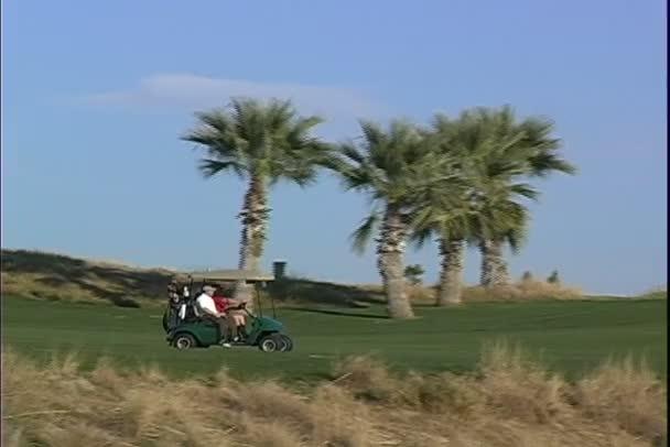 Golfový vozík na golfovém hřišti