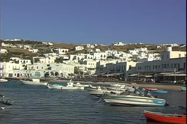 Mykonos přístav s loděmi
