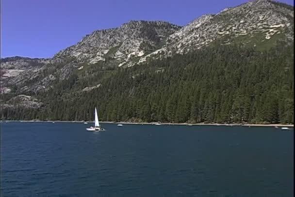 Lake Tahoe s plachetnice v Nevadě