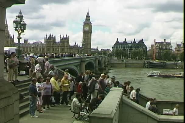 Lidé na schodišti u řeky Temže