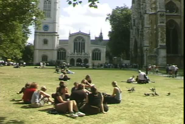 Westminsterské opatství s lidmi