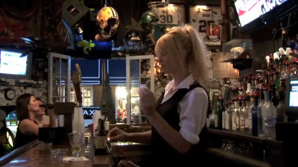 Dívka barman v baru